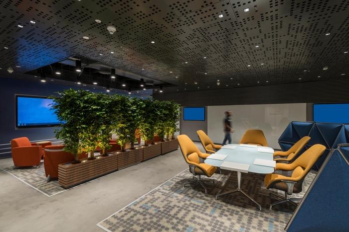 tmave-kancelarske-priestory-kresla-rastliny-koberec-stol