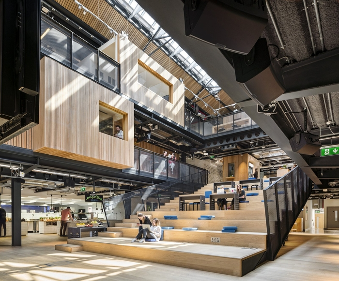 dizajnovy-office-otvoreny-priestor-drevo-ludia-svetlo-kov