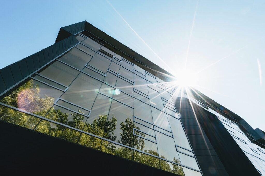 budova-svetlo-stromy-odraz-zrkadlovy-efekt