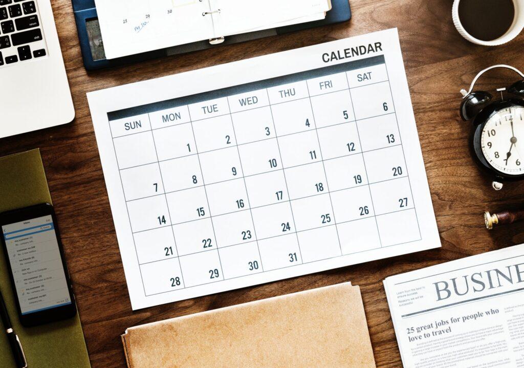 Kalendár-plánovanie-pracovný-stôl-písanie-zošit