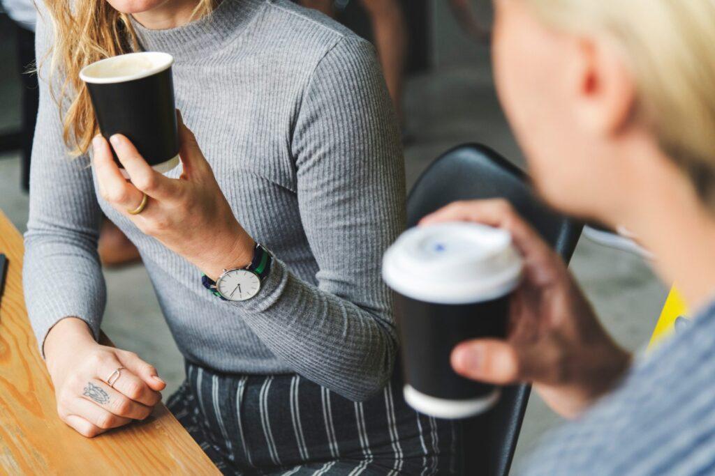 kolegyne-kava-zamestnanci-plastove-pohare-stol-hodinky-zeny
