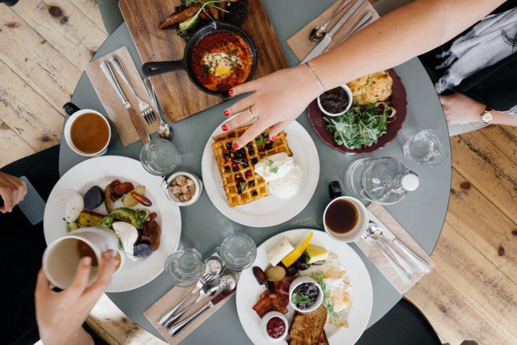 obed-s-kolegami-stol-jedlo-ruka-napoje-pribory