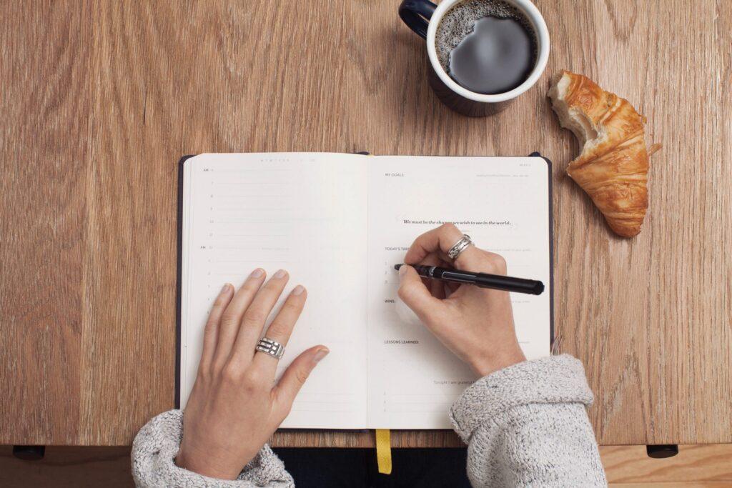 zapisavanie-si-do-diara-pracovny-stol-kava-croisannt