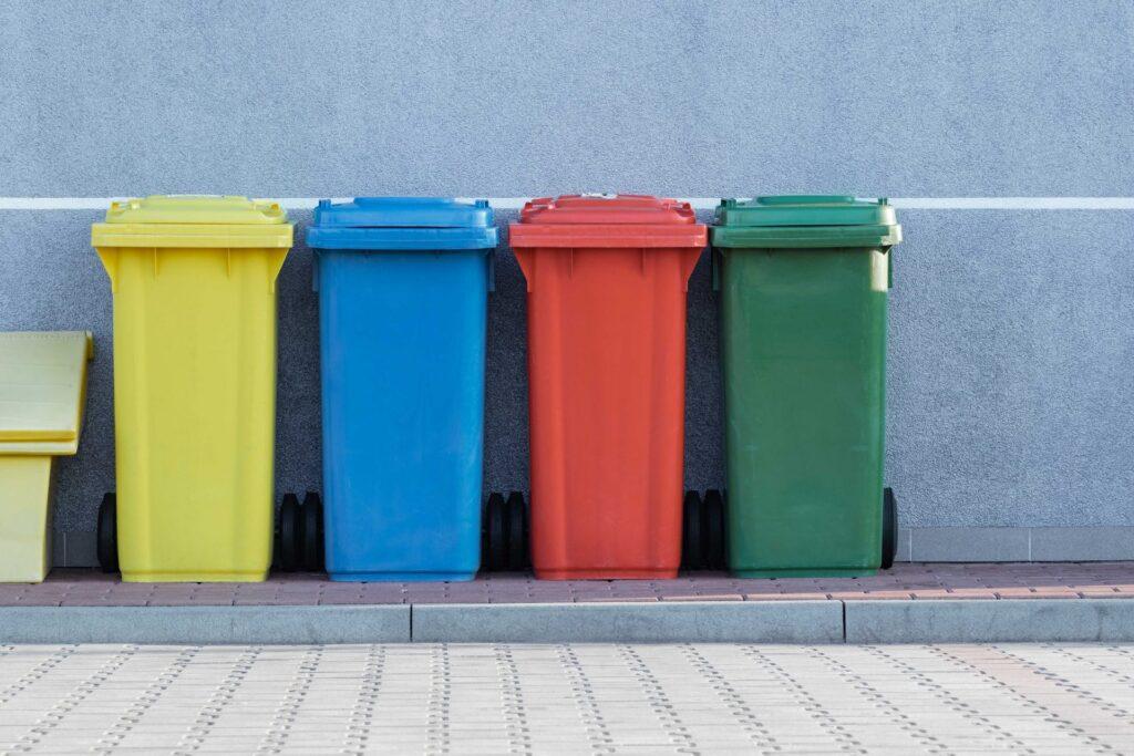 farebne.smetiaky-na-kompostovanie-stena-ulica-dlazba
