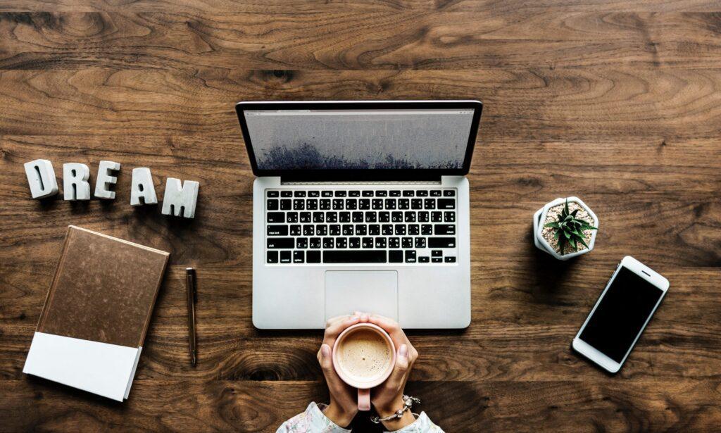 notebook-kava-rastlina-poriadok-drevo-pracovny-stol-ruky-clovek