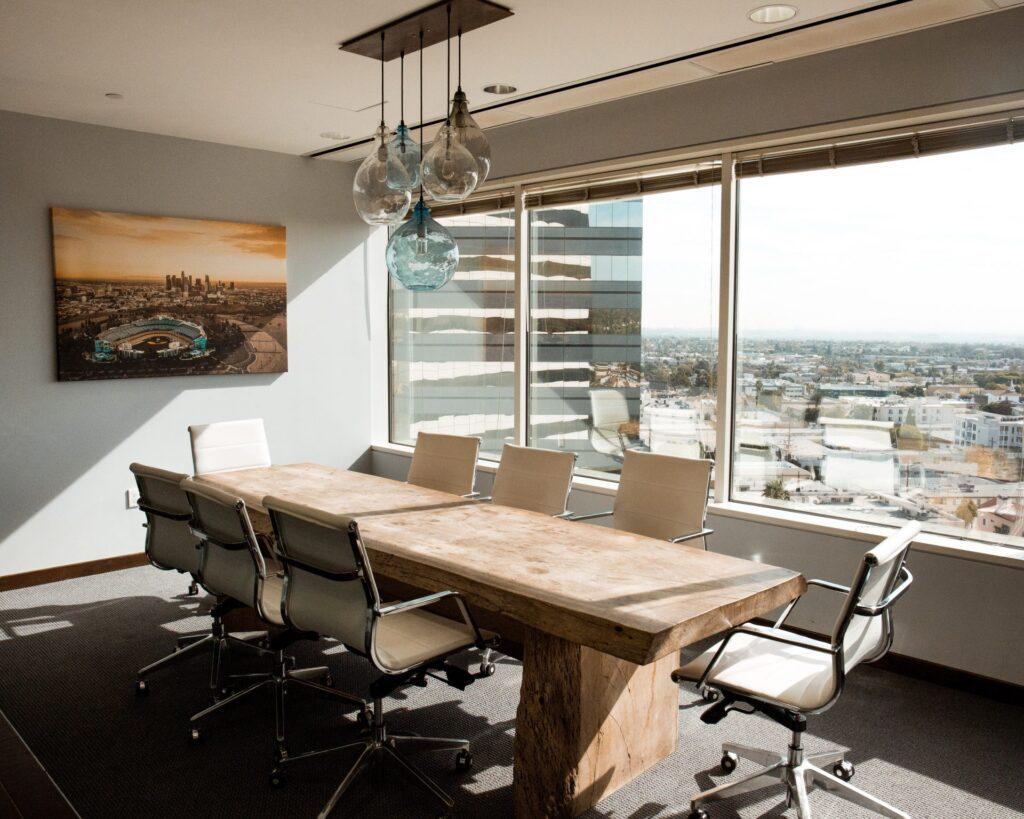 stolicky-stol-obraz-svetlo-okno-vyhlad-koberec