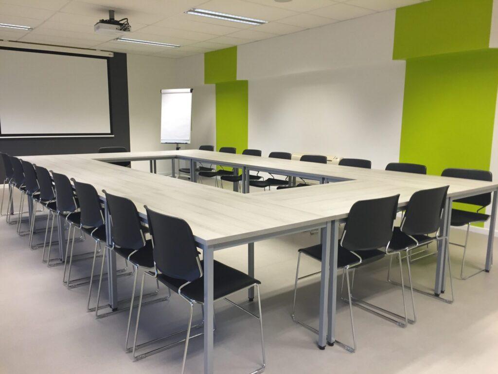 stol-podlaha-tabula-dataprojektor-stolicky