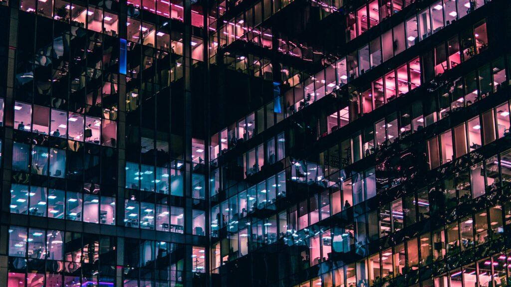 budova-kancelarii-okna-svetla-farebnost