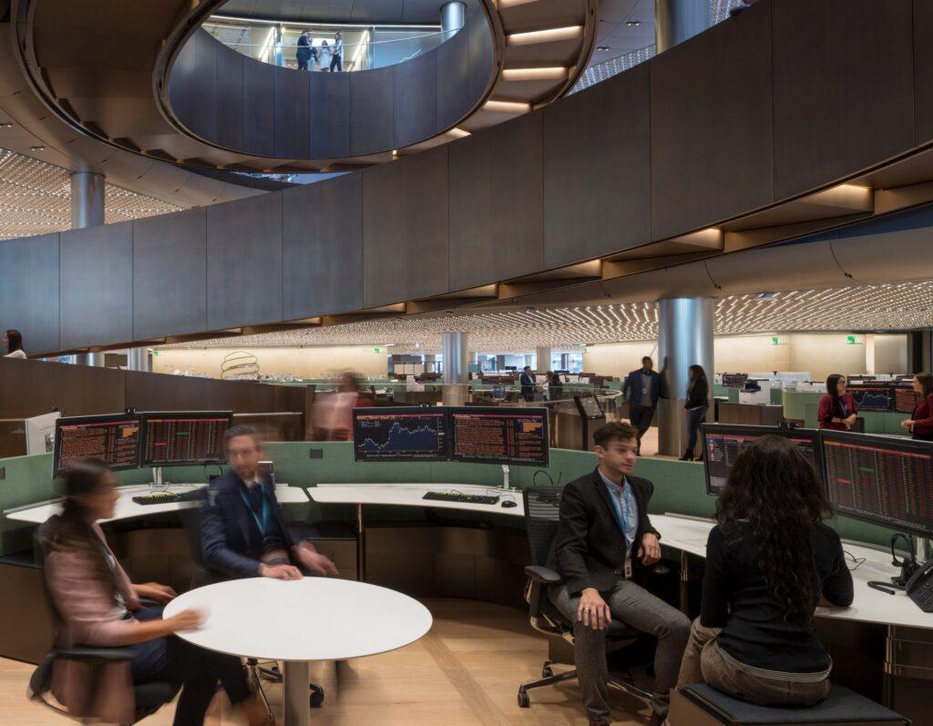 kancelarske-priestory-zamestnanci-pult-stolicky-stoly