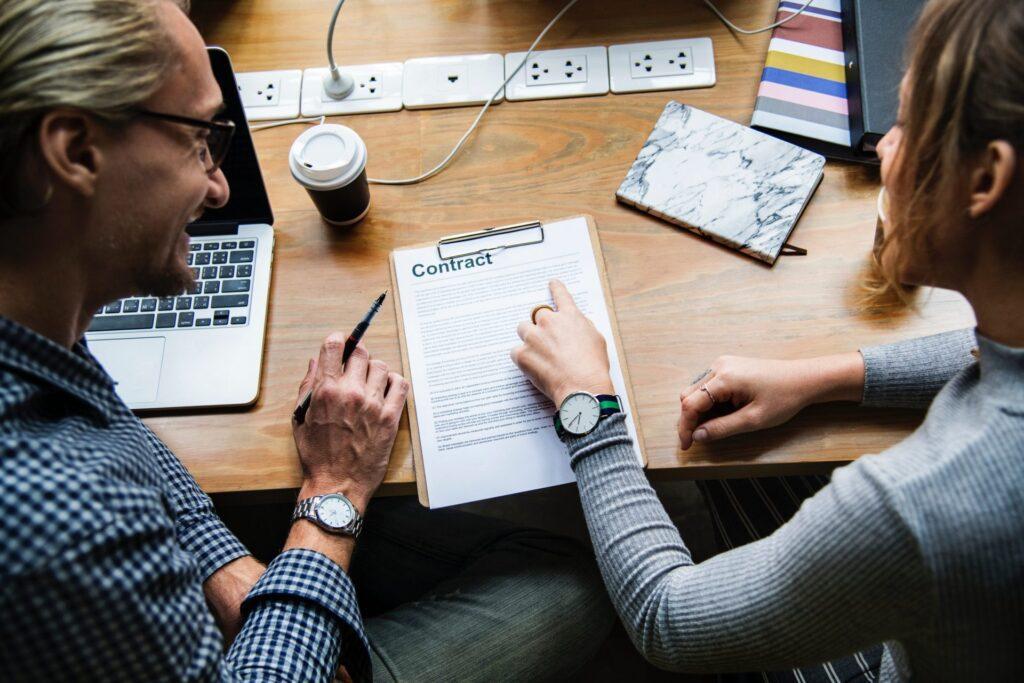 stol-kolegovia-dokumenty-zastrcky-notebook-kava