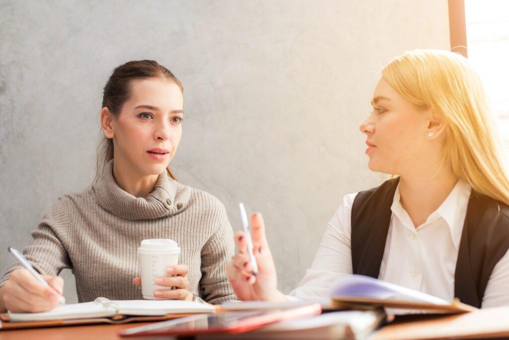 kolegyne-brainstorming-kava-stol-telefon