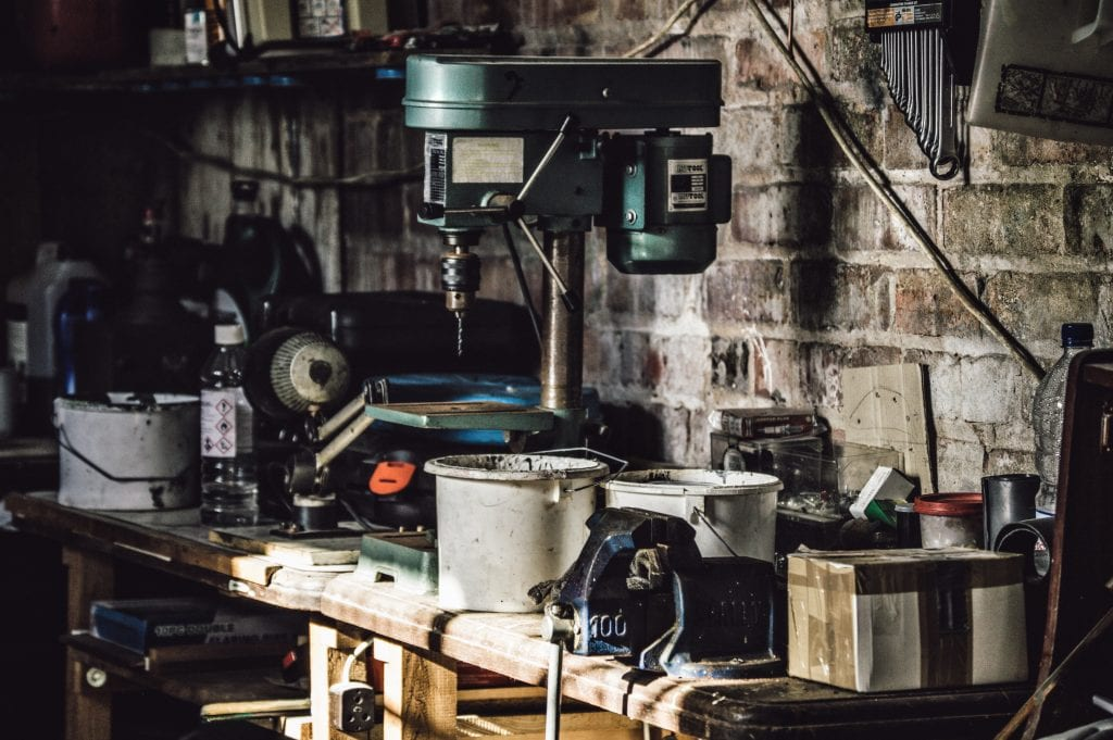 stol-naradie-vedro-sklad-stena