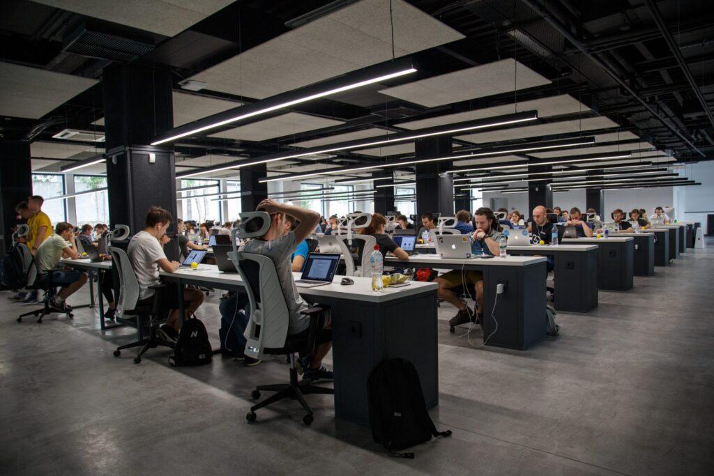velky-open-space-pracovnici-stoly-stolicky-svetla-
