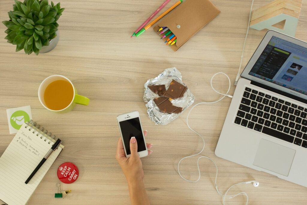 okolada-notebook-praca-kancelaria-kolega-caj-mobil