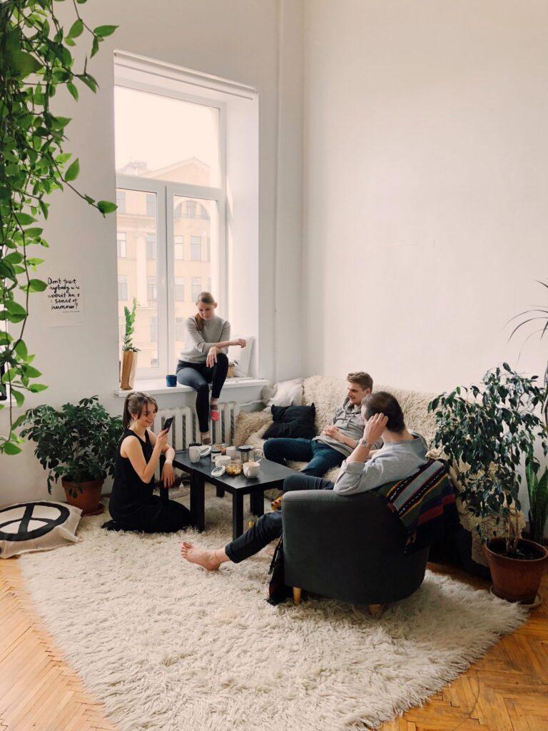 navsteva-okno-rastliny-ludia-koberec-gauc-stol-radiator