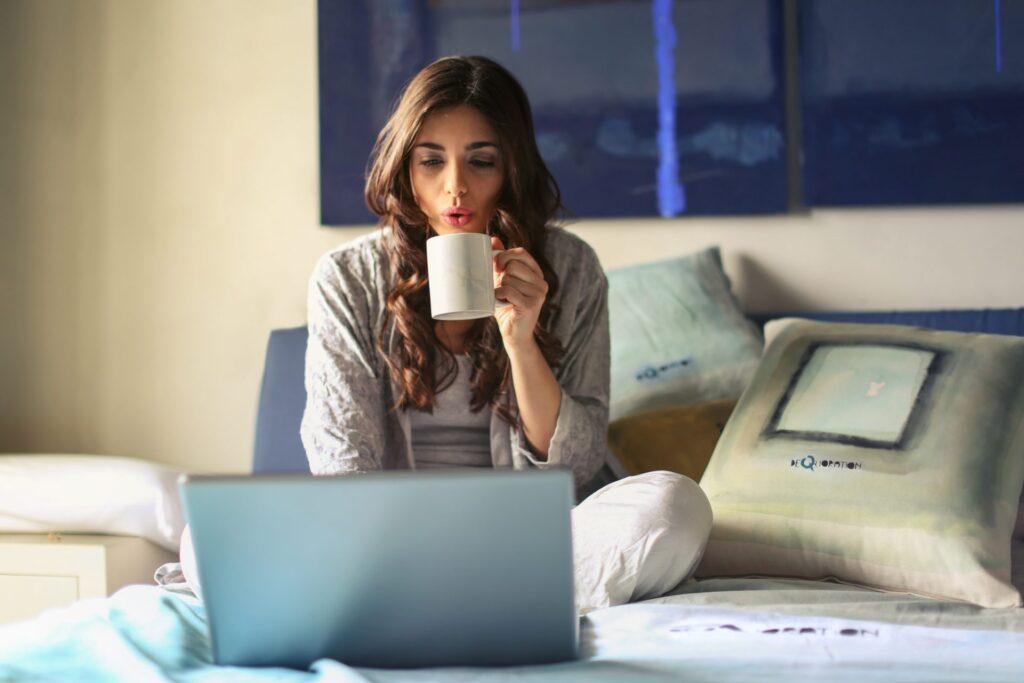 zena-kava-notebook-postel-obraz-vankus
