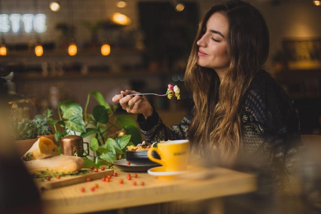 zena-jedlo-bylinky-salka-svetlo-stol