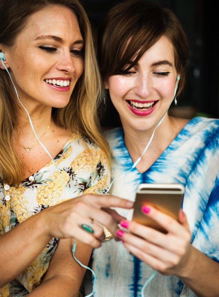 zeny-mobilny-telefon-sluchadla-smiech