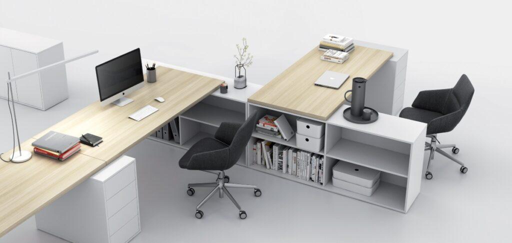 kancelarsky-stol-stolicka-pocitac-lampa-zasuvky-police
