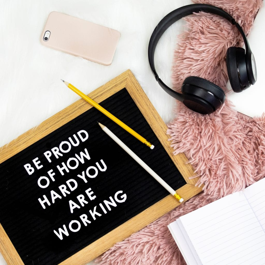 tabula-motivacny-citat-sluchadla-telefon-diar-ceruzky