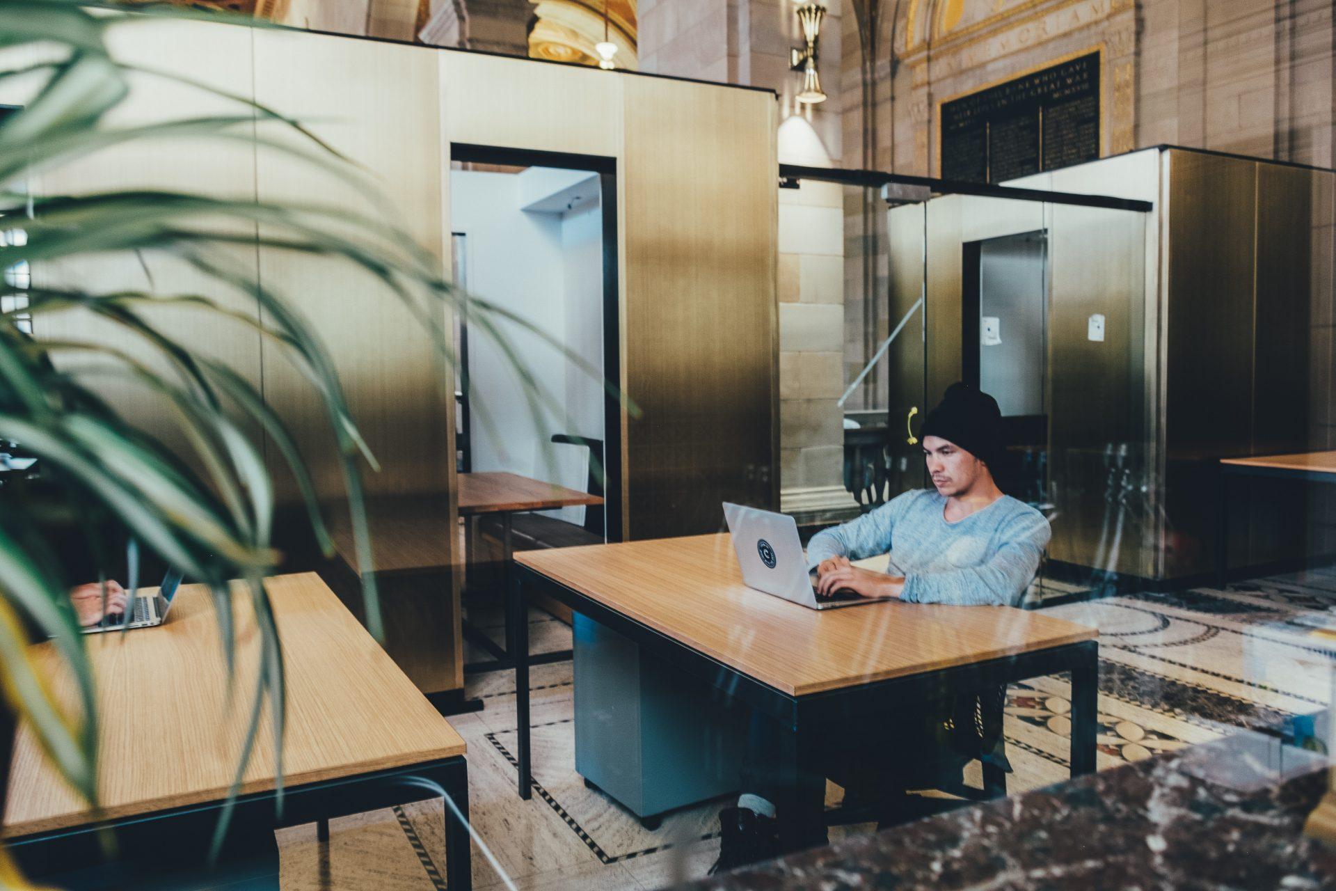 454547fc6a92f kancelaria-zamestnanec-muz-notebook-maly-priestor-stol-nabytok-