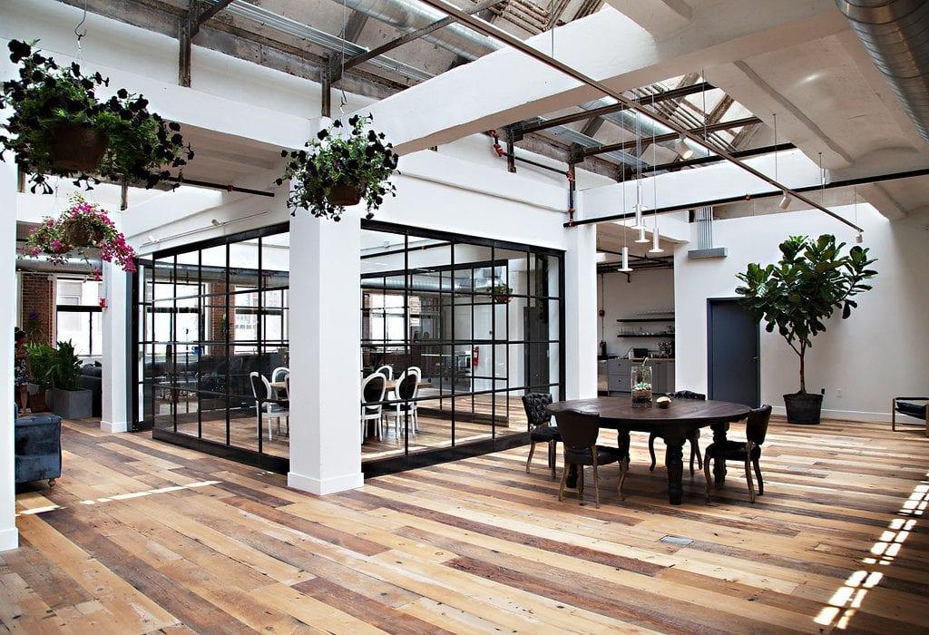 Stoly-stolicky-sklenena-stena-kvety-crepniky-podlaha