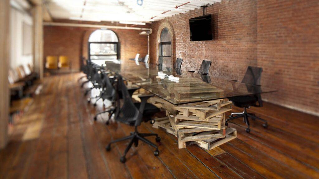 Zasadacka-stol-kancelarske-stolicky-palety-sklo-svetlo-okno-obrazovka